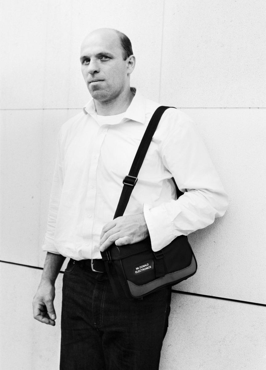 Mann mit Tasche 001